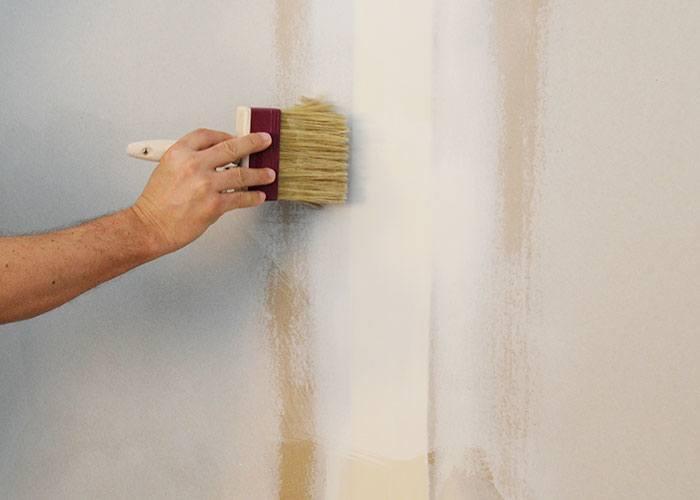 Základní nátěr sádrokartonové stěny